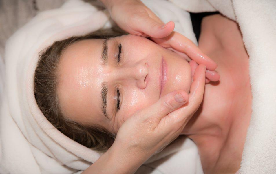 Le massage du visage des palaces à la Maison Buissonnière, La Rochelle, quartier de la Genette