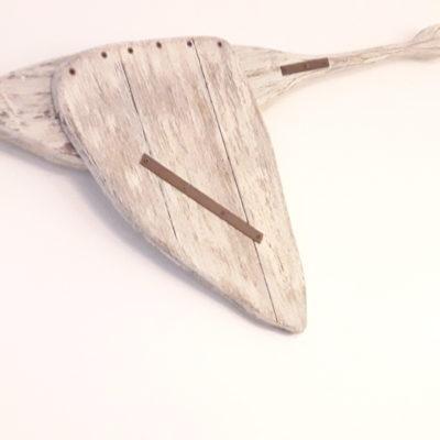 oiseau en bois vieilli sur mur