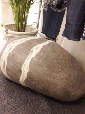 pouf forme galet en feutre de laine