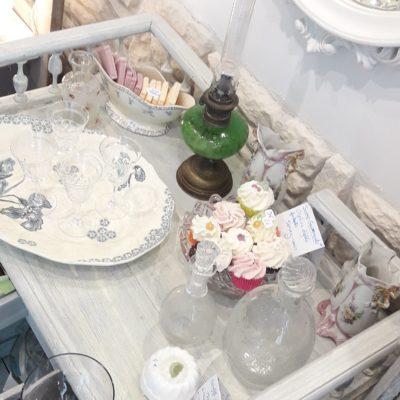 comptoir vintage et ses objets en plongée